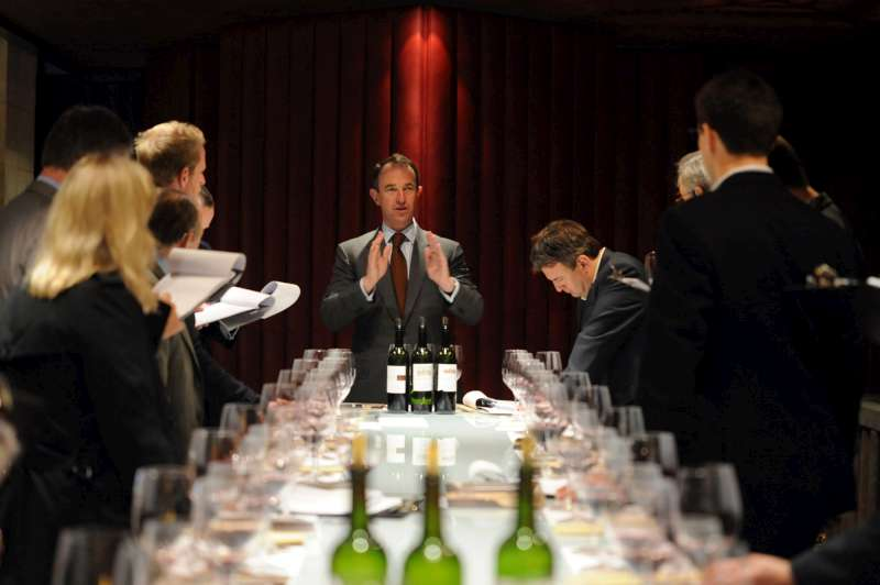 Jean-Guillaume Prats conducts the tasting at Cos